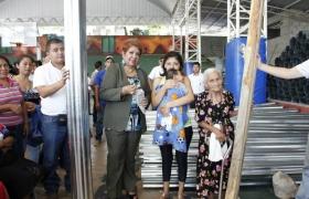 Entrega de láminas a familias cojutepecanas